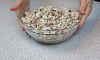 Блинчики с грибами и соусом