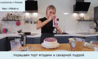 Украшаем торт ягодами и сахарной пудрой