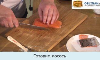 Шпинатные блины с лососем и сливочным кремом