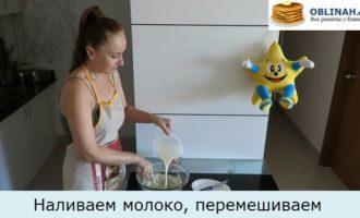 Наливаем молоко, замешиваем тесто