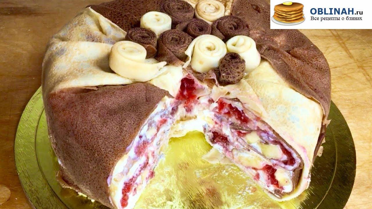 Блинный торт с клубникой и бананами