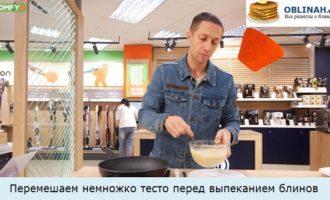 Перемешаем немножко тесто перед выпеканием блинов