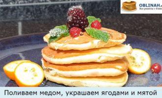Поливаем медом, украшаем ягодами и мятой