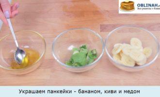 Украшаем панкейки - бананом, киви и медом